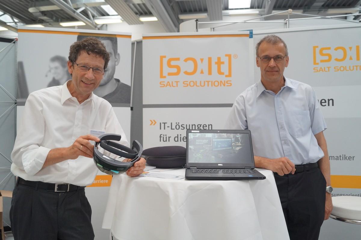 Geschäftsführer Dr. Bernhard Blüthner (links) stellt mit seinem Kollegen den Studenten Microsoft HoloLens Technik vor. (Bildquelle: Empfehlungsbund)