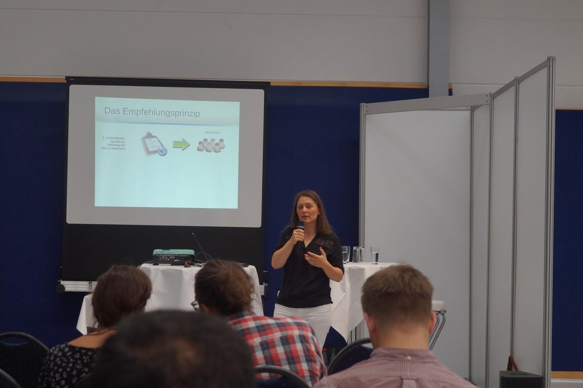 Madlén Schulz vom Empfehlungsbund gibt den Studierenden Tipps zum Netzwerken. (Bildquelle: Empfehlungsbund)